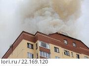 Купить «Пожар на крыше дома», фото № 22169120, снято 13 марта 2016 г. (c) Рустам Шигапов / Фотобанк Лори
