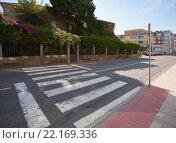 Купить «Пешеходный переход упираетя в забор. Камбадос. Испания», эксклюзивное фото № 22169336, снято 30 сентября 2012 г. (c) Владимир Чинин / Фотобанк Лори