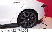 Купить «Зарядка электрического автомобиля. Tesla Model S.», видеоролик № 22170364, снято 1 февраля 2016 г. (c) Кекяляйнен Андрей / Фотобанк Лори