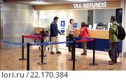 Купить «Иностранные граждане у стойки возврата налога. Аэропорт Вантаа, Хельсинки, Финляндия», видеоролик № 22170384, снято 1 февраля 2016 г. (c) Кекяляйнен Андрей / Фотобанк Лори