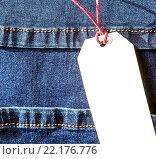 Пустая бумажная бирка на джинсах. Стоковое фото, фотограф Riasna Yuliia / Фотобанк Лори