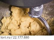 Замес теста для яичной лапши (пасты) из муки твердых сортов. Стоковое фото, фотограф Сергей Махан / Фотобанк Лори