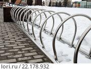 Купить «Город Тула. Парковка для велосипедов возле музея оружия зимой. Крупный план», эксклюзивное фото № 22178932, снято 3 марта 2016 г. (c) Игорь Низов / Фотобанк Лори