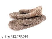 Купить «Пара шерстяных коричневых рукавиц на белом фоне», фото № 22179096, снято 14 марта 2016 г. (c) Наталья Осипова / Фотобанк Лори