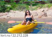 Купить «Женщина сидит в жёлтой байдарке», фото № 22212228, снято 27 августа 2014 г. (c) Дмитрий Травников / Фотобанк Лори