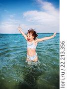 Купить «Девочка играет с волнами», фото № 22213356, снято 26 июня 2014 г. (c) Ермилова Арина / Фотобанк Лори