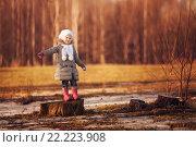 Весна. Девочка на пеньке. Стоковое фото, фотограф Павкина Зоя / Фотобанк Лори