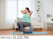 plus size woman exercising with fitness ball. Стоковое фото, фотограф Syda Productions / Фотобанк Лори