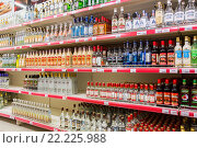 Купить «Продажа вина в сетевом гипермаркете», фото № 22225988, снято 12 марта 2016 г. (c) FotograFF / Фотобанк Лори