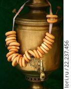 Старый самовар с баранками. Стоковое фото, фотограф Морозова Татьяна / Фотобанк Лори