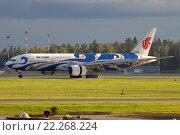 Самолет Боинг 777 авиакомпании Air China в специальной ливрее Blue Phoenix в аэропорту Шереметьево (2015 год). Редакционное фото, фотограф Sergey Kustov / Фотобанк Лори