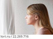 Купить «Красивая девочка блондинка смотрит в окно», фото № 22269716, снято 23 августа 2014 г. (c) EugeneSergeev / Фотобанк Лори