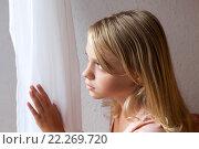 Купить «Красивая девочка блондинка смотрит в окно», фото № 22269720, снято 23 августа 2014 г. (c) EugeneSergeev / Фотобанк Лори