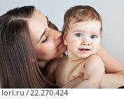 Купить «Мать с ребенком на руках», фото № 22270424, снято 7 марта 2013 г. (c) Элина Гаревская / Фотобанк Лори