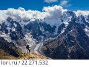Туристы с рюкзаком стоит на вершине горы и наслаждается красивым видом. Стоковое фото, фотограф Евгений Дубинчук / Фотобанк Лори