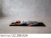 Купить «Молодая девушка показывает упражнения из традиционной йоги», фото № 22288624, снято 9 февраля 2016 г. (c) Евгений Глазунов / Фотобанк Лори