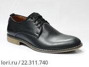 Купить «Мужская обувь. Мужской ботинок чёрного цвета на белом фоне», эксклюзивное фото № 22311740, снято 22 марта 2016 г. (c) Игорь Низов / Фотобанк Лори