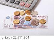 Купить «500 рублей, монеты и калькулятор», эксклюзивное фото № 22311864, снято 21 марта 2016 г. (c) Яна Королёва / Фотобанк Лори