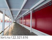 Купить «Рампа склада с козырьком и стоящими под разгрузкой грузовиками», фото № 22321616, снято 22 января 2016 г. (c) Игорь Малеев / Фотобанк Лори