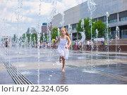Купить «Девочка играет в городском фонтане», фото № 22324056, снято 25 мая 2014 г. (c) Дмитрий Травников / Фотобанк Лори