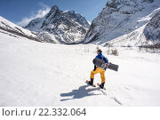 Сноубордист в горах. Домбай. (2016 год). Редакционное фото, фотограф Сергей Юшинский / Фотобанк Лори