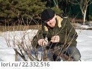 Мужчина работает весной в саду. Стоковое фото, фотограф Лощенов Владимир / Фотобанк Лори