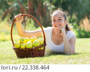 Купить «Girl with a basket of apples outdoor», фото № 22338464, снято 19 ноября 2018 г. (c) Яков Филимонов / Фотобанк Лори
