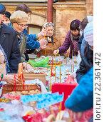 Купить «Люди пришли в церковь освятить Пасхальные куличи и яйца, зажигают церковные свечи», фото № 22361472, снято 18 июня 2019 г. (c) Юлия Зайцева / Фотобанк Лори