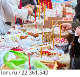 Купить «Люди пришли в церковь освятить пасхальные куличи и яйца, зажигают церковные свечи», фото № 22361540, снято 18 июня 2019 г. (c) Юлия Зайцева / Фотобанк Лори