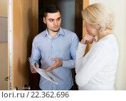 Купить «Serious man and housewife at the door», фото № 22362696, снято 23 августа 2019 г. (c) Яков Филимонов / Фотобанк Лори