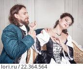 Купить «Мужчина и женщина в средневековой одежде», фото № 22364564, снято 23 августа 2015 г. (c) Darkbird77 / Фотобанк Лори