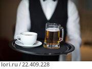 Купить «Waiter holding tray with beer», фото № 22409228, снято 23 ноября 2015 г. (c) Wavebreak Media / Фотобанк Лори