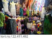 Купить «Люди покупают одежду в магазине, Таиланд», фото № 22411492, снято 9 марта 2016 г. (c) Ольга Марк / Фотобанк Лори