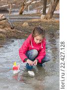 Купить «Маленькая девочка увлеченно пускает кораблики в весеннем ручье», фото № 22427128, снято 29 марта 2016 г. (c) Лариса Капусткина / Фотобанк Лори