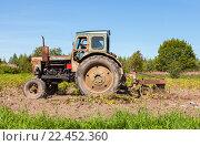 Купить «Старый трактор работает в поле на уборке урожая картофеля», фото № 22452360, снято 10 декабря 2018 г. (c) FotograFF / Фотобанк Лори
