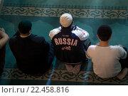 Купить «Верующие молятся в мечети во время воскресного намаза», фото № 22458816, снято 27 марта 2016 г. (c) Николай Винокуров / Фотобанк Лори