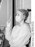 Портрет задумчивой медсестры с градусником в процедурном кабинете монохромный портрет, фото № 22459012, снято 27 марта 2016 г. (c) Эдуард Паравян / Фотобанк Лори