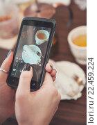 Девушка фотографирует еду на смартфон. Стоковое фото, фотограф Darkbird77 / Фотобанк Лори