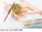 Купить «Человечек стоит на лестнице и смотрит на 10-рублевую монету, стоящую на пачке рублей», эксклюзивное фото № 22460508, снято 1 апреля 2016 г. (c) Юрий Шурчков / Фотобанк Лори
