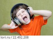 Девочка в наушниках громко поет. Стоковое фото, фотограф Анна Кирьякова / Фотобанк Лори