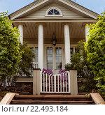 Деревянное крыльцо загородного дома (2015 год). Стоковое фото, фотограф Светлана Булычева / Фотобанк Лори