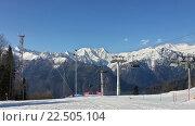 Купить «Снежные горы Красной Поляны, лыжные трассы, канатная дорога, горнолыжный курорт Лаура», фото № 22505104, снято 1 апреля 2016 г. (c) DiS / Фотобанк Лори
