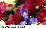 Купить «Яркий букет из роз, ирисов и альстромерий», видеоролик № 22513232, снято 10 февраля 2016 г. (c) Юлия Машкова / Фотобанк Лори