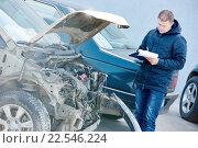 Купить «Insurance agent recording car damage on claim form», фото № 22546224, снято 15 марта 2016 г. (c) Дмитрий Калиновский / Фотобанк Лори