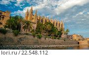 Купить «Кафедральный собор Пальма-де-Мальорка и замок Almudaina. Таймлапс», видеоролик № 22548112, снято 7 апреля 2016 г. (c) Роман Гадицкий / Фотобанк Лори