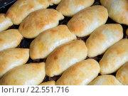 Печеные пирожки на противне. Стоковое фото, фотограф Михаил Степанов / Фотобанк Лори
