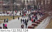 Купить «Люди в Александровском саду», эксклюзивный видеоролик № 22552124, снято 11 апреля 2016 г. (c) Alexei Tavix / Фотобанк Лори