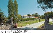 Купить «View of Villa through the Open Gates», видеоролик № 22567304, снято 5 февраля 2016 г. (c) Данил Руденко / Фотобанк Лори