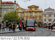 Городской пейзаж с современным трамваем в Праге (2015 год). Редакционное фото, фотограф Кохан Пётр / Фотобанк Лори