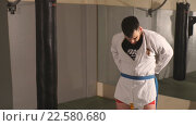 Купить «Мужчина надевает кимоно», видеоролик № 22580680, снято 26 марта 2016 г. (c) Виктор Аллин / Фотобанк Лори